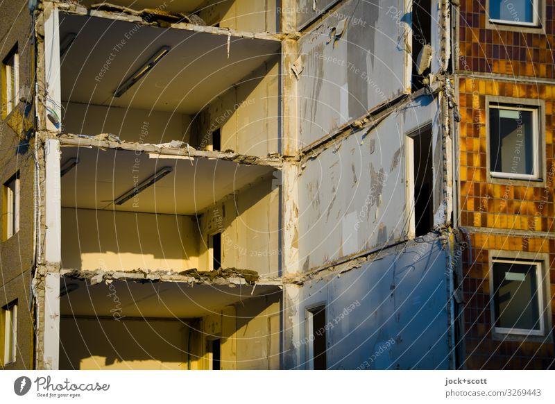 Abbruch Baustelle Schönes Wetter Prenzlauer Berg Ruine Plattenbau Bürogebäude Mauer Wand Fenster authentisch eckig kaputt Wärme Stimmung Tatkraft ruhig Ende