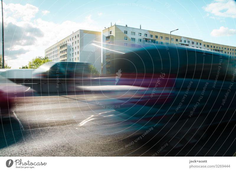 km/h auf der Stadtautobahn Himmel Wolken Schönes Wetter Pankow Plattenbau Stadthaus Gebäude Fassade Verkehrswege PKW fahren nah Geschwindigkeit trist Wärme