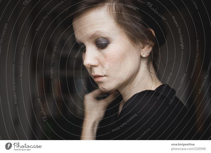 if you can see me schön Kosmetik Schminke Häusliches Leben Wohnung Möbel Frau Erwachsene 1 Mensch 18-30 Jahre Jugendliche Ohrringe brünett Zopf Denken träumen