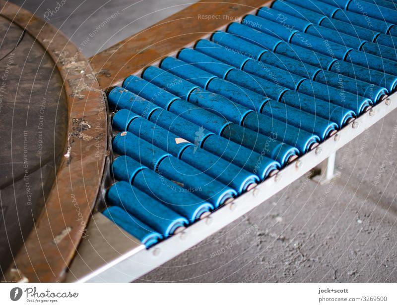 Fließband Technik & Technologie Berlin-Tempelhof Förderband Beton Metall Kunststoff authentisch dreckig nah retro unten blau Stimmung ruhig Ordnungsliebe Design