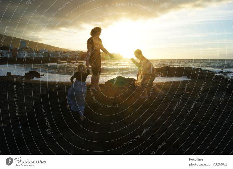 Familie... Mensch feminin Kind Mädchen Frau Erwachsene Mutter Familie & Verwandtschaft Kindheit Leben 3 Umwelt Natur Landschaft Himmel Wolken Sommer Wellen