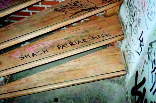 Smash Patriarchism. Treppe Keller Niveau Schriftzeichen Graffiti dreckig trendy einzigartig retro trashig Stadt feminin wild Coolness Optimismus Macht Mut