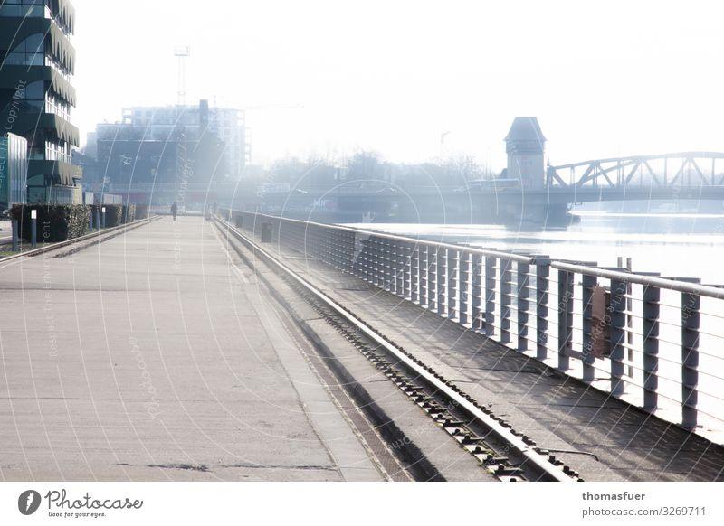 Straße und Geländer am Spreeufer Mensch 1 Nebel Flussufer Berlin Stadt Hauptstadt Skyline Haus Hochhaus Brücke Bauwerk Gebäude fantastisch kalt Romantik