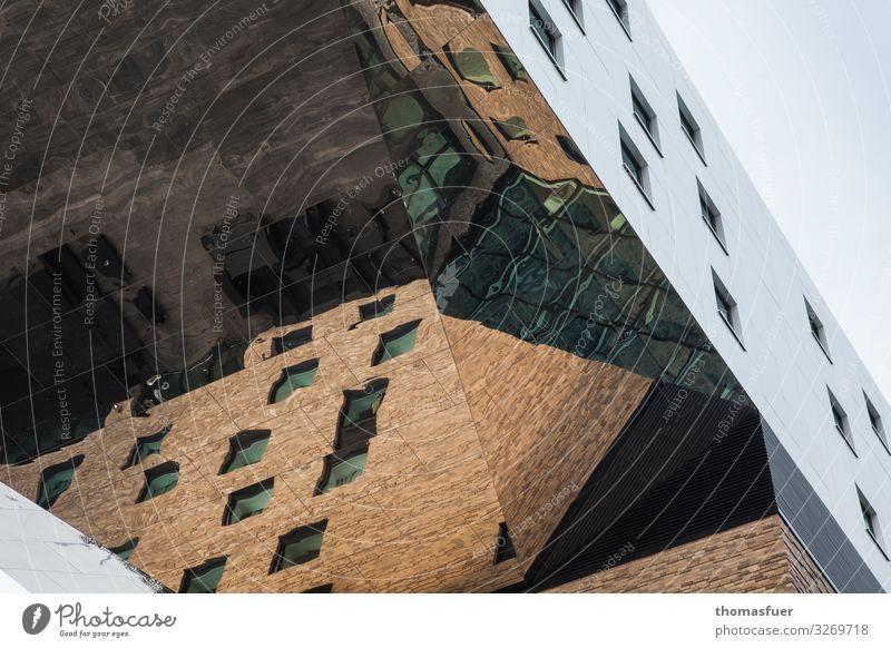 Hochhaus mit Spiegelfassade aus Froschperspektive Häusliches Leben Berlin Deutschland Hauptstadt Stadtzentrum Haus Bauwerk Architektur Hotel Fassade glänzend