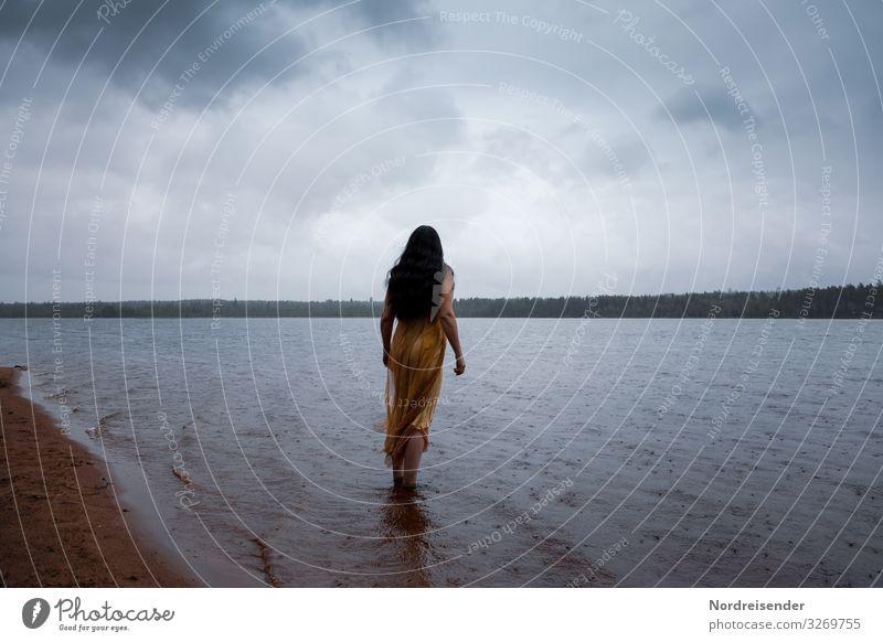 Sommerregen Frau Mensch Himmel Ferien & Urlaub & Reisen Natur Wasser Landschaft Wolken Einsamkeit Wald Ferne dunkel Lifestyle Erwachsene Traurigkeit feminin