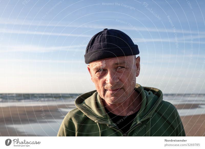 Der alte Mann und das Meer Erwachsene Kopf Natur Senior 60 und älter 1 Himmel Sonne Sommer Ostsee Nordsee Schönes Wetter Mütze beobachten Blick rebellisch frech