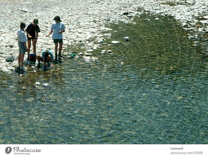 Ufer Mensch Wasser Mädchen Strand Küste Stein Menschengruppe Fluss Reinigen
