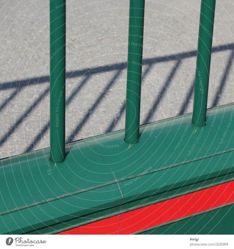 grafisch | grün-rot-grau Zaun Absperrgitter Metall stehen authentisch einzigartig lang Sicherheit Schutz standhaft Ordnungsliebe Angst gefährlich bizarr