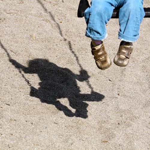 Anschaukler gesucht Kind Beine Fuß 1 Mensch Sand Schönes Wetter Platz Hose Schuhe Spielplatz Schaukel Spielzeug sitzen warten Begeisterung Leidenschaft Leben