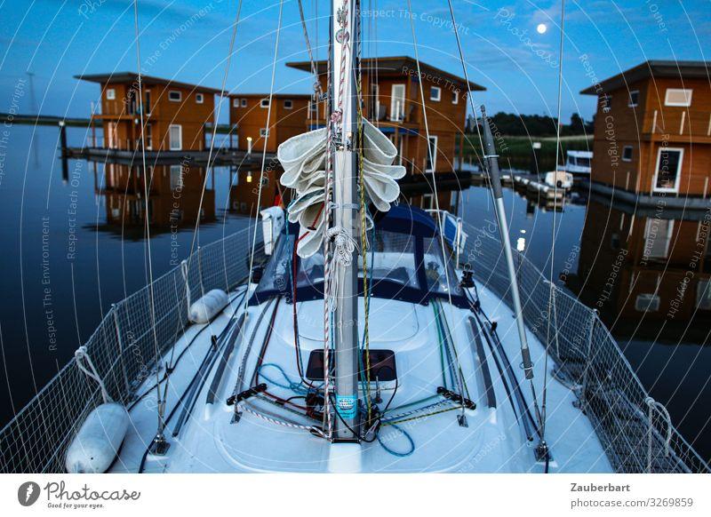 Friedlicher Abend Segeln Ferien & Urlaub & Reisen Segeltörn Wasser Mond Ostsee Hafen Ferienhaus Segelboot Jachthafen liegen blau rot Geborgenheit friedlich