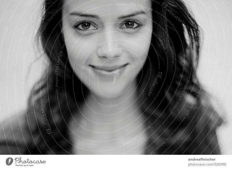 madame. aus paris. feminin 1 Mensch 18-30 Jahre Jugendliche Erwachsene Lächeln schön Erotik Glück Fröhlichkeit Zufriedenheit Warmherzigkeit Sympathie