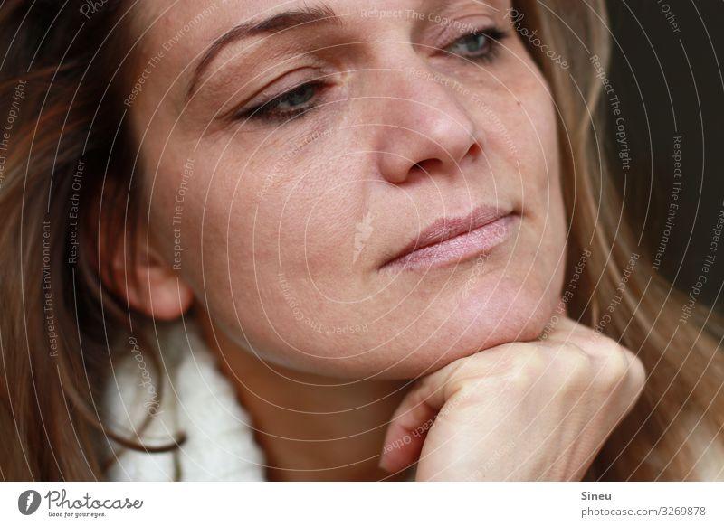 Freundliche Skepsis feminin Frau Erwachsene 30-45 Jahre brünett langhaarig beobachten Denken Blick träumen Freundlichkeit Zufriedenheit Optimismus Vorsicht