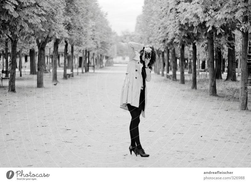 Pariser Paparazzi(n). Mensch Jugendliche schön Baum Junge Frau Freude Blatt 18-30 Jahre Erwachsene feminin grau Arbeit & Erwerbstätigkeit Aktion elegant stehen warten