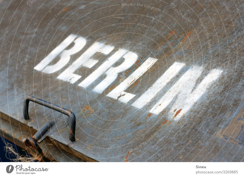 Du bist so wunderbar Metall Schriftzeichen Hinweisschild Warnschild Business Stadt Industrie Typographie Berlin Logo Zielort Eigentümer Farbfoto Außenaufnahme