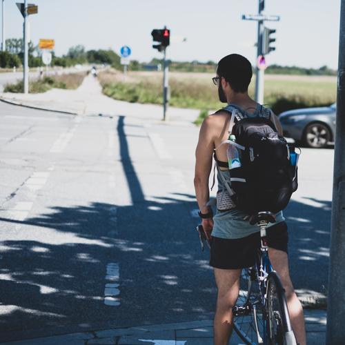 Radler Mensch maskulin Junger Mann Jugendliche Erwachsene 1 18-30 Jahre 30-45 Jahre Verkehr Straßenverkehr Fahrradfahren Straßenkreuzung Ampel Fitness