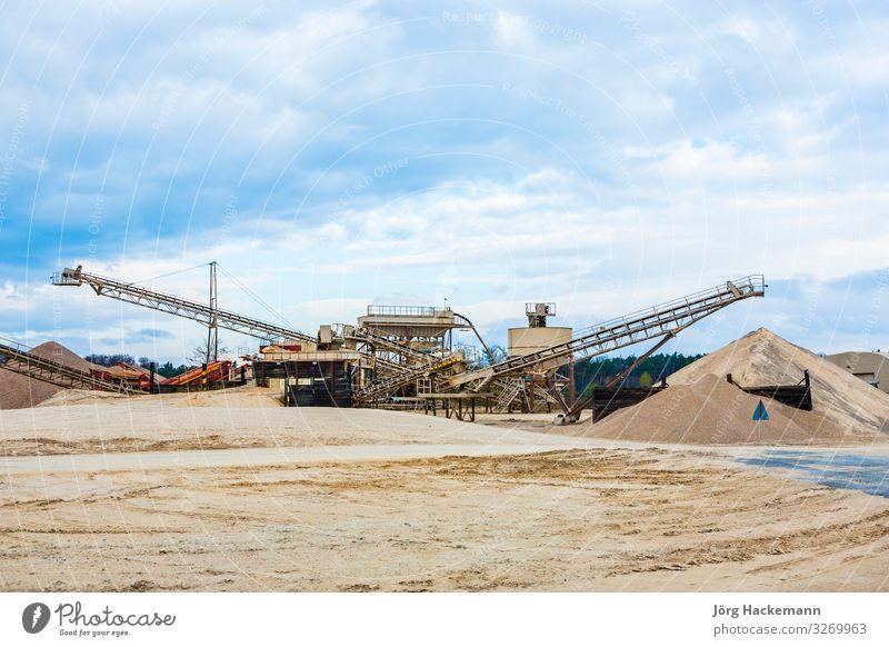 Förderer vor Ort in der Kiesgrube Arbeit & Erwerbstätigkeit Baustelle Industrie Maschine Wolken Wetter Regen Felsen Gebäude Verkehr Traktor Stein Metall groß