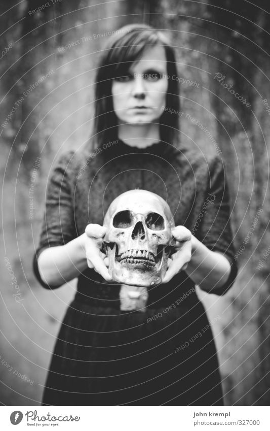 Bizarr | Todesengel feminin Junge Frau Jugendliche 18-30 Jahre Erwachsene Blick stehen bedrohlich dunkel historisch verrückt Traurigkeit Trauer Sehnsucht