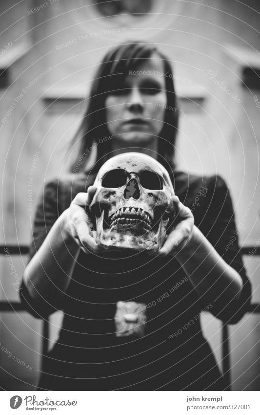 Vampira feminin Junge Frau Jugendliche Kopf Gesicht 1 Mensch 18-30 Jahre Erwachsene Friedhof dunkel gruselig trashig verrückt Trauer Tod Liebeskummer Todesangst