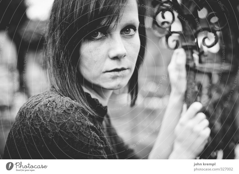 una.gotholina Mensch Jugendliche Junge Frau 18-30 Jahre dunkel Gesicht Erwachsene Erotik Traurigkeit feminin natürlich sitzen Coolness Romantik Trauer Kleid