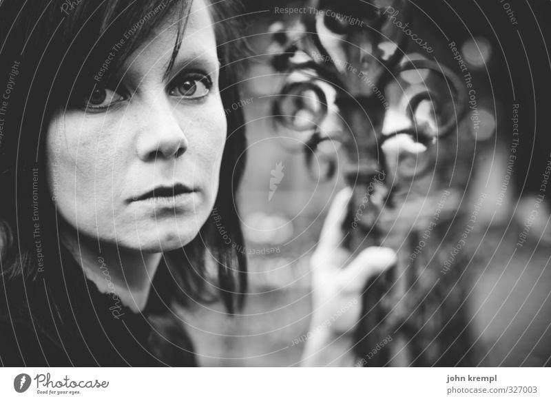 geheimnisvoll   durch und durch feminin Junge Frau Jugendliche Partner Gesicht 1 Mensch 18-30 Jahre Erwachsene Friedhof Zaun Schmiedeeisen Metall hocken