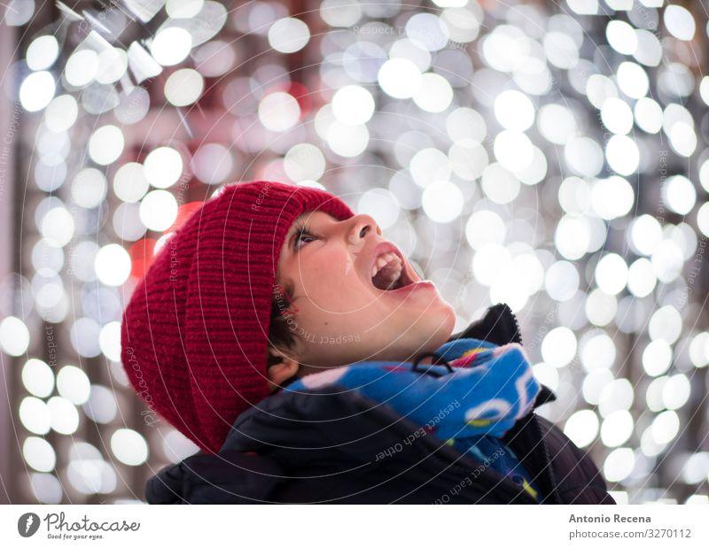 Jungen Kopfbild Portrait mit Weihnachtslichtern Freude Winter Feste & Feiern Kind Mensch Schal Hut Lächeln weiß Gefühle Begeisterung Überraschung Weihnachten