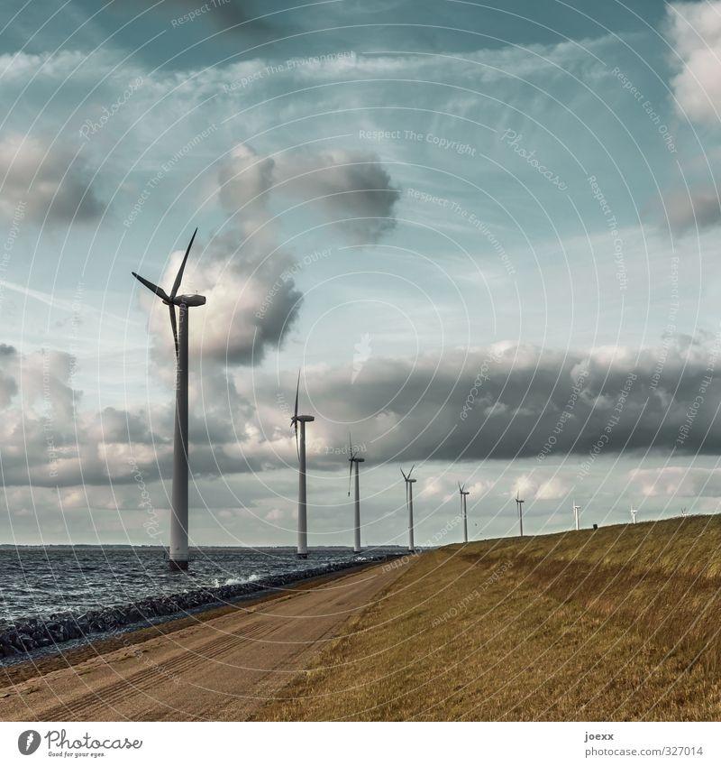 Windmaschinen Erneuerbare Energie Windkraftanlage Umwelt Landschaft Luft Wasser Himmel Wolken Horizont Schönes Wetter Wiese Hügel Wellen Küste blau braun grau