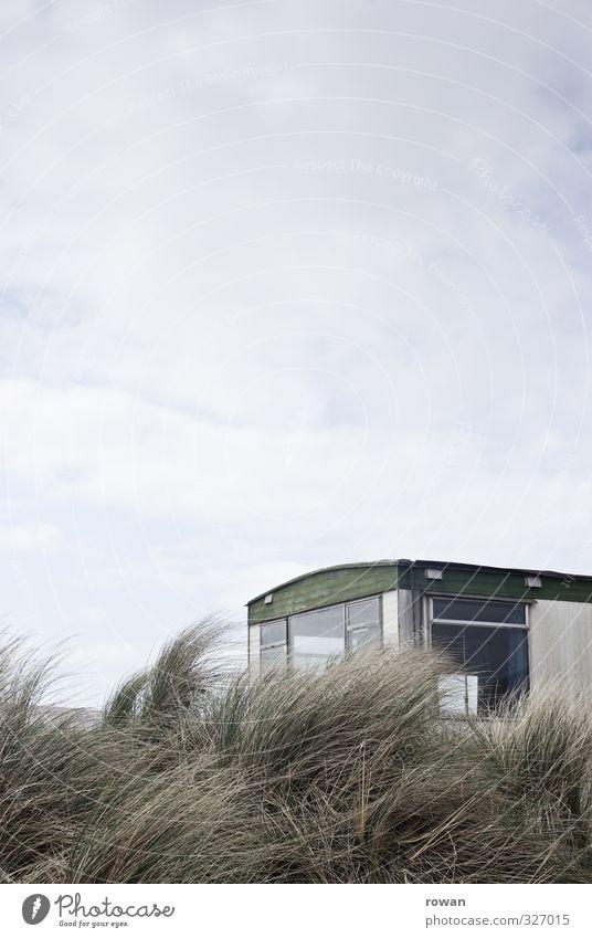 caravan schlechtes Wetter Wind Küste Strand alt Wohnmobil Düne Stranddüne Aussicht Glas Fenster Ferien & Urlaub & Reisen Einsamkeit Unbewohnt trist temporär