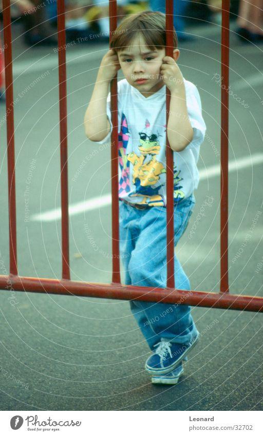 Der Zaun Kind Junge Neugier Gitter Mensch Blick Straße child boy street fence