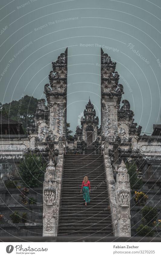 Lempuyang Temple auf Bali in Indonesien Architektur Kultur Tempel Treppe Sehenswürdigkeit gehen laufen ästhetisch grau rot Respekt Ferien & Urlaub & Reisen