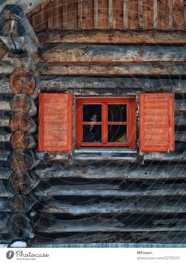 holzhaus Haus Häusliches Leben Fenster rot Holz Holzhaus Hütte Baumhaus Baumstamm alt ökologisch Alm Berghütte Farbfoto Außenaufnahme Menschenleer