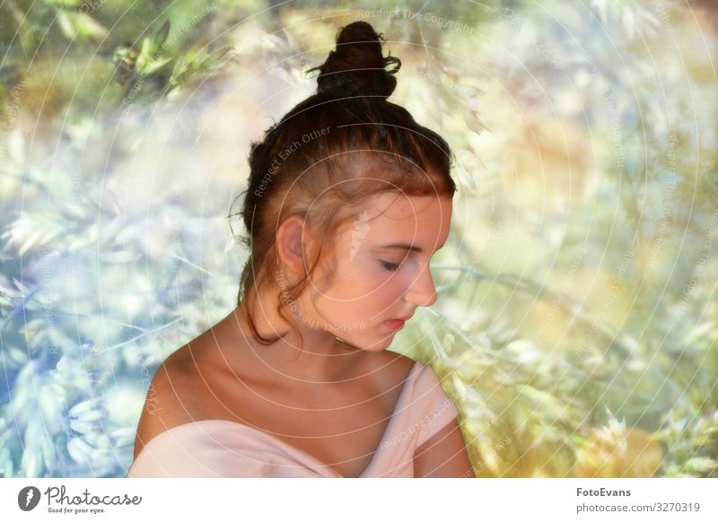 Mädchen von der Seite, schaut nach unten mit Natur Hintergrund elegant Stil schön Wellness Wohlgefühl Zufriedenheit Sinnesorgane Erholung Meditation feminin