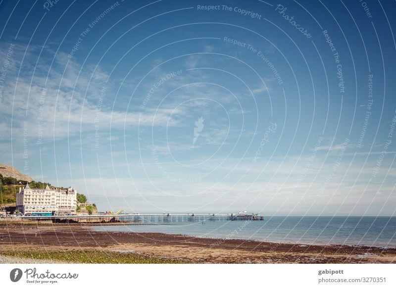 Strand in Llandudno, Wales, UK Umwelt Horizont blau Textfreiraum oben Licht Sommerurlaub Tourismus Ferne Natur Landschaft Ferien & Urlaub & Reisen Himmel
