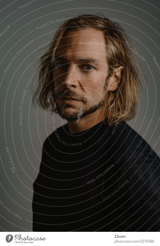 serious elegant Junger Mann Jugendliche T-Shirt blond langhaarig Bart Blick authentisch dunkel natürlich rebellisch Kraft ruhig Stolz Identität einzigartig rein