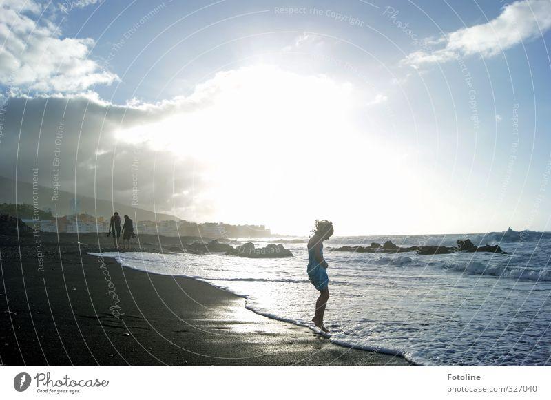 Ferienspaß Mensch feminin Kind Mädchen Kindheit Umwelt Natur Landschaft Urelemente Erde Wasser Himmel Wolken Sonne Sommer Wellen Küste Strand Meer heiß hell