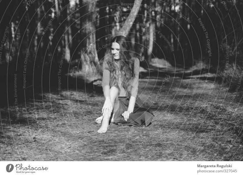 waldweg maskulin Frau Erwachsene 1 Mensch 18-30 Jahre Jugendliche Wetter Wald sitzen träumen Schwarzweißfoto Morgen Tag Licht Schatten Kontrast Silhouette
