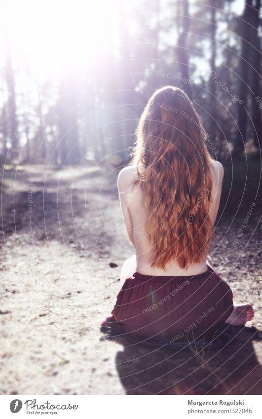 Frei feminin Haut Haare & Frisuren Rücken Natur Wald brünett rothaarig langhaarig ästhetisch dünn Erotik frei frisch Gesundheit schön Stimmung nackt Farbfoto