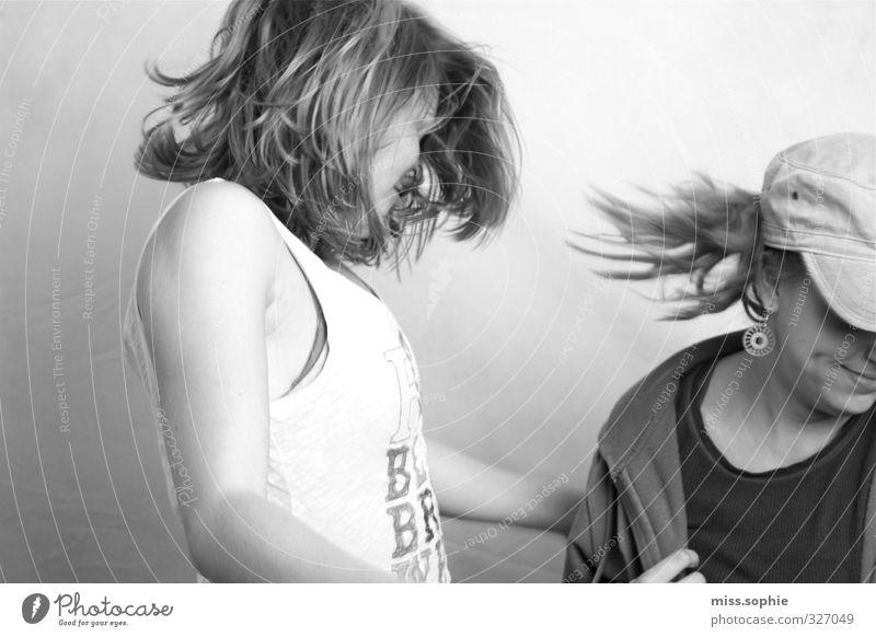 leb los Frau Jugendliche Freude Junge Frau Erwachsene Leben feminin Bewegung Freiheit Haare & Frisuren Glück Freundschaft Stimmung fliegen Tanzen wild