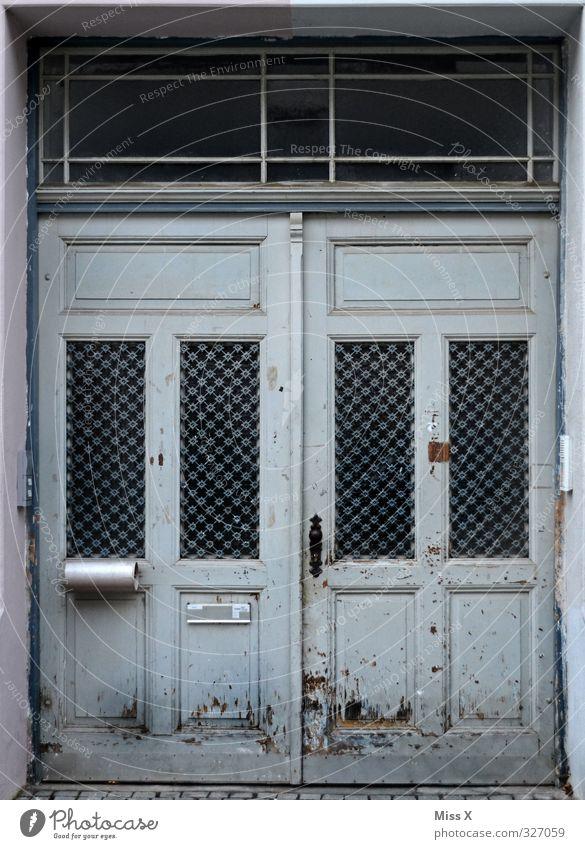 Tür II Häusliches Leben Wohnung Renovieren Menschenleer alt Endzeitstimmung Verfall Vergänglichkeit Rost verfallen Autotür Autofenster Holztür Farbfoto