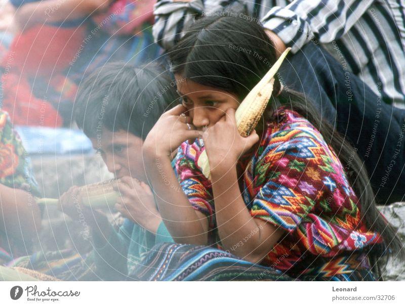 Guatemalan Kinder Mädchen Ernährung Farbe Junge Menschengruppe Rauch Mittelamerika Mais Südamerika