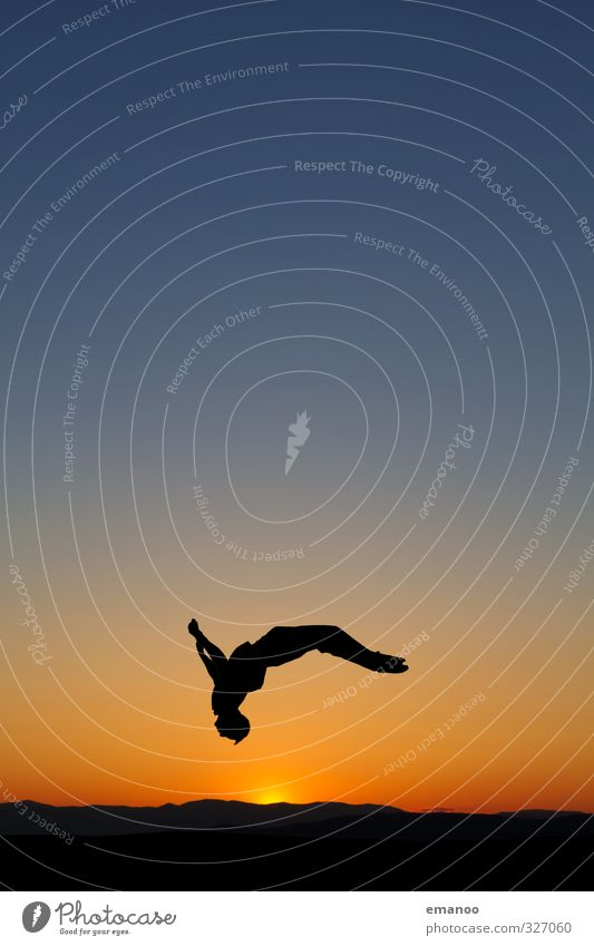 Sommersalto Mensch Himmel Natur Mann Jugendliche Ferien & Urlaub & Reisen blau Sommer Sonne Freude Erwachsene Sport Freiheit Stil springen Horizont