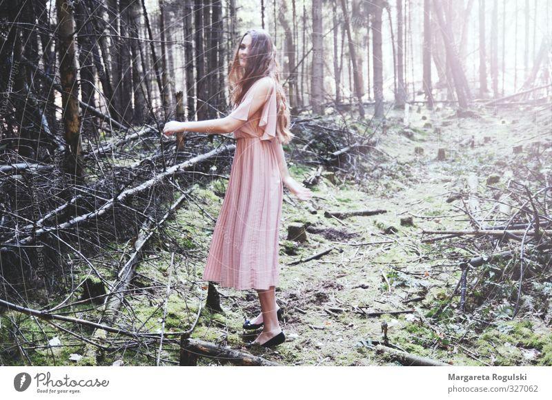 Märchenhaft Lifestyle schön Haare & Frisuren feminin Umwelt Natur Baum Moos Wald Urwald Mode Kleid atmen Blühend lachen rennen träumen Duft dünn elegant