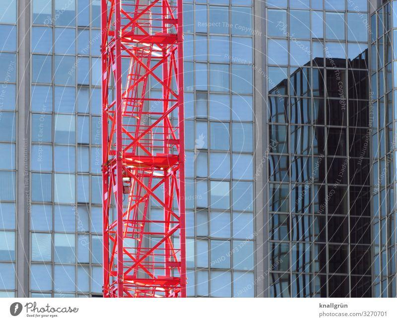 Baustelle Haus Hochhaus Fassade Fenster Arbeit & Erwerbstätigkeit glänzend hoch Stadt blau rot Wachstum Häusliches Leben Baukran Farbfoto Außenaufnahme