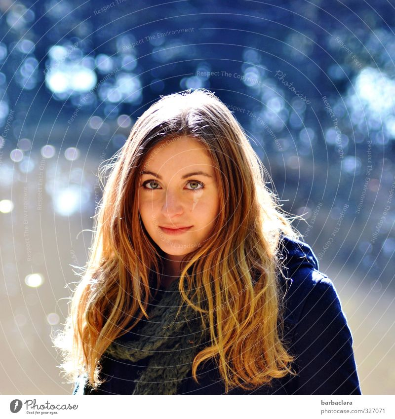 Total blau   out of the blue Mensch Frau Natur Jugendliche Wasser Farbe ruhig Junge Frau Erwachsene feminin Herbst Gefühle See hell Stimmung