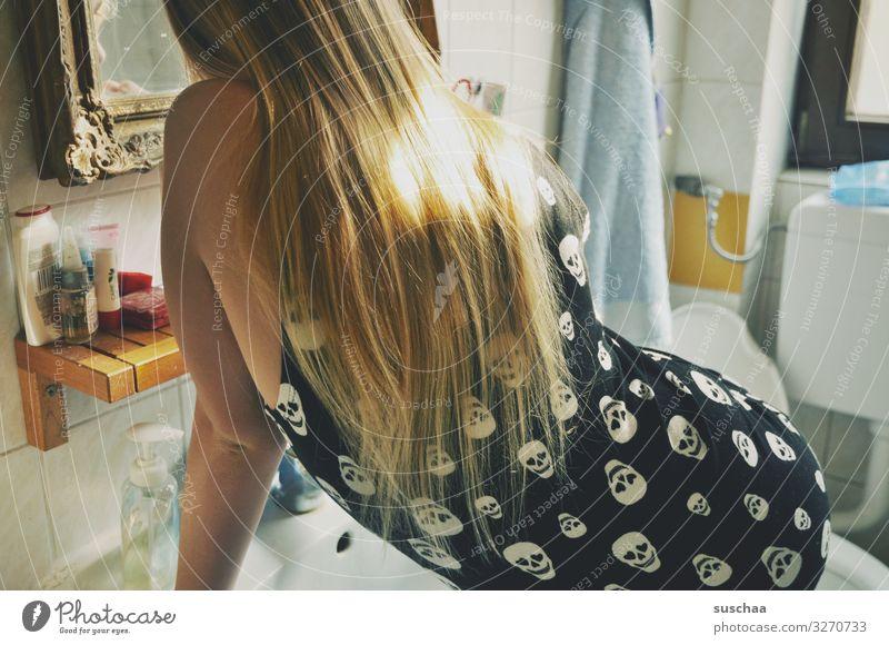 im badezimmer Kind Mädchen Kindheit Zahnpflege Spiegel Barockrahmen Bad Körperpflege Hand Haare & Frisuren Sauberkeit Körperpflegeutensilien Blick