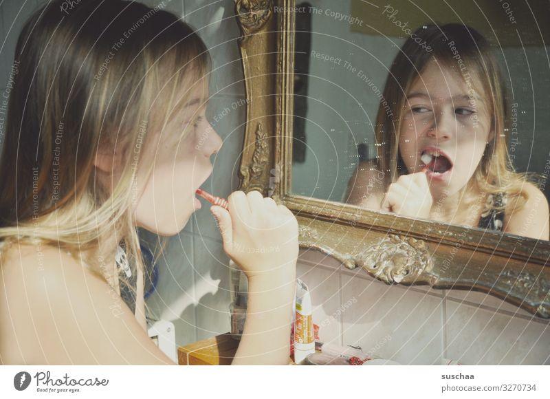 zähneputzen (2) Kind Mädchen Kindheit Zahnpflege Zahnbürste Gesicht Spiegel Zahncreme Barockrahmen Spiegelbild Bad Zähne Gebiss Profil Körperpflege Hand