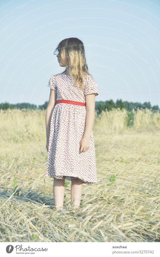 sommertag (4) Kind Mädchen feminin Freiheit Spielen Freude Gute Laune sommerlich Sommer Kleid Haare & Frisuren Himmel Stroh Feld Kindheit Fröhlichkeit