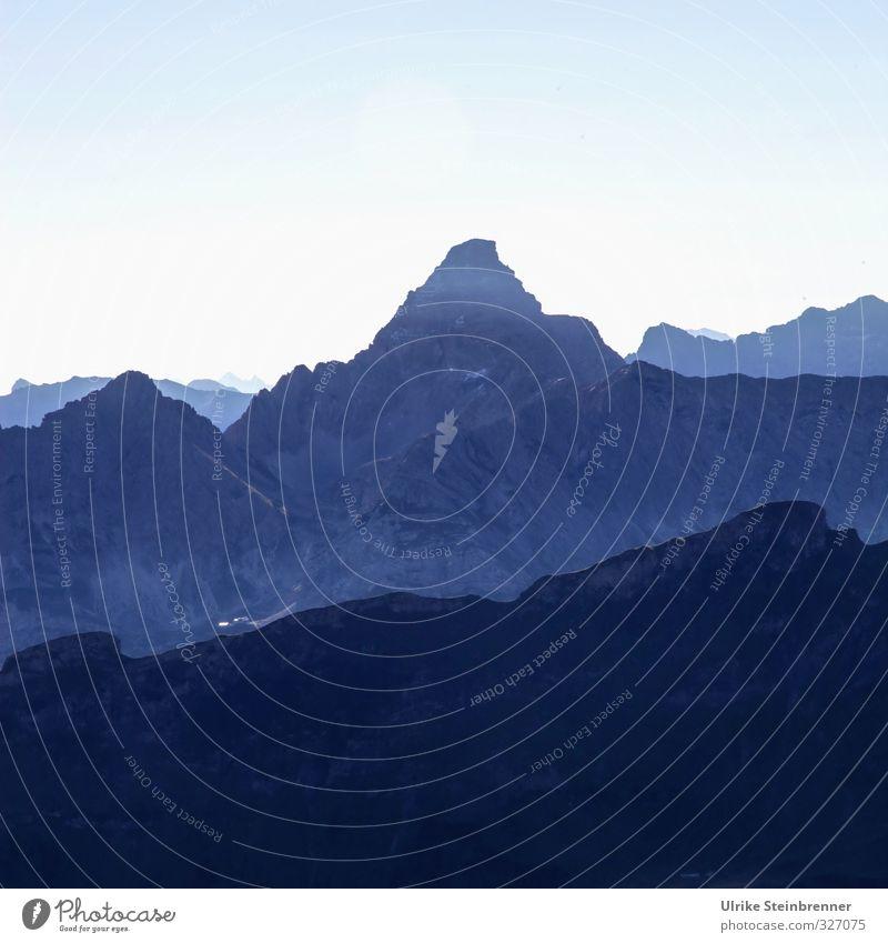 Total Blau - Trettachspitze Himmel Ferien & Urlaub & Reisen blau Landschaft dunkel kalt Berge u. Gebirge Herbst Felsen natürlich Tourismus groß wandern