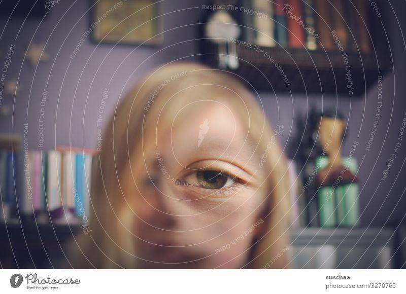 auge eines mit einer lupe verzerrten gesichtes |besser sehen Auge einäugig skurril Verzerrung Illusion vergrößert Lupe Witz Unsinn Freude lustig seltsam Gesicht