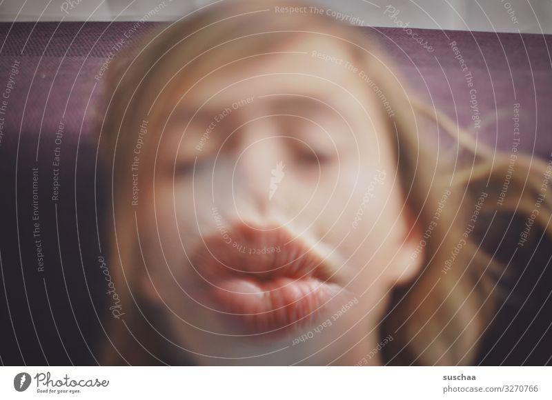 dicke lippe riskieren Mensch Jugendliche Freude Gesicht lustig Mund Küssen skurril Maul Lupe Verzerrung Kussmund vergrößert unnatürlich Plastische Chirurgie