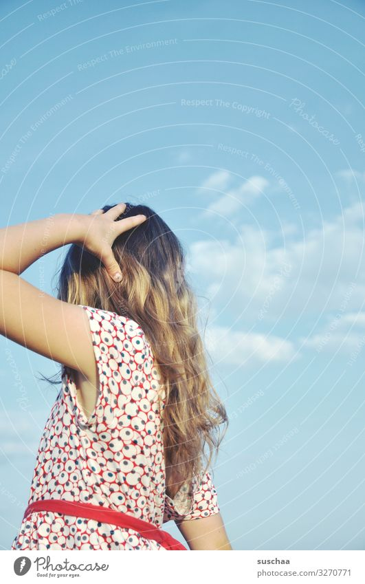 sommertag (3) Kind Mädchen feminin Freiheit Spielen Freude Gute Laune sommerlich Sommer Kleid Haare & Frisuren Himmel Kindheit Unbeschwertheit retro Sonnenlicht